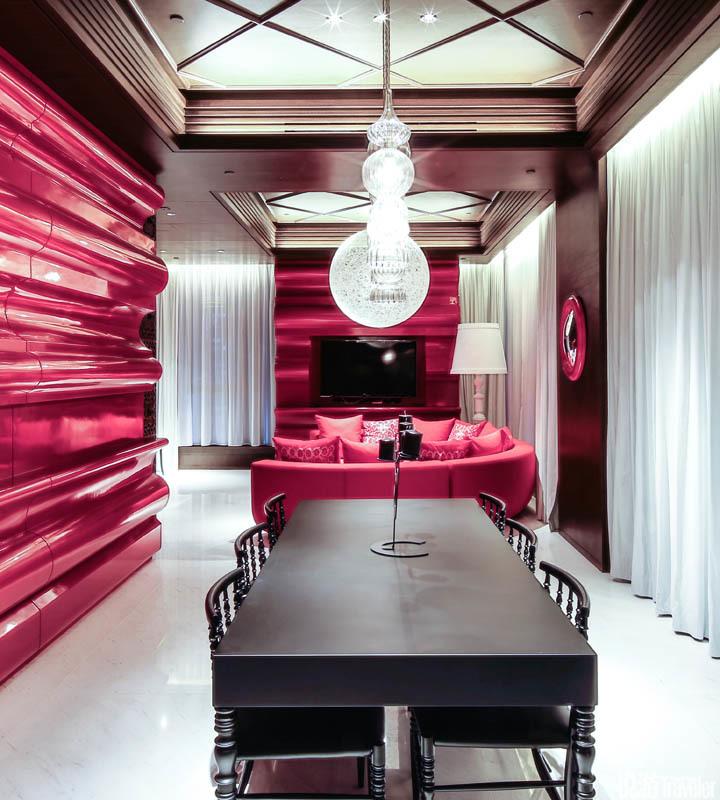 """香港Mira Moon:酒店设计灵感源于""""嫦娥奔月""""。居家式前厅摆放着郁金香座椅,大红色块、牡丹图案和玉兔..."""