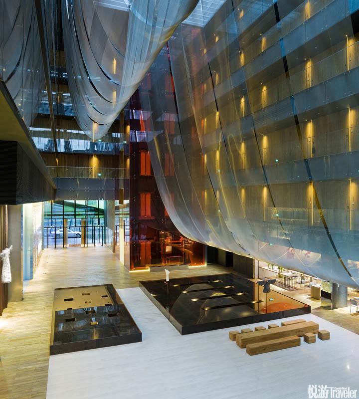 瑜舍 The Opposite House:酒店由一个巨大的绿色玻璃外壳围裹不设前台的前厅满铺吱嘎作响的古董地板贯穿...