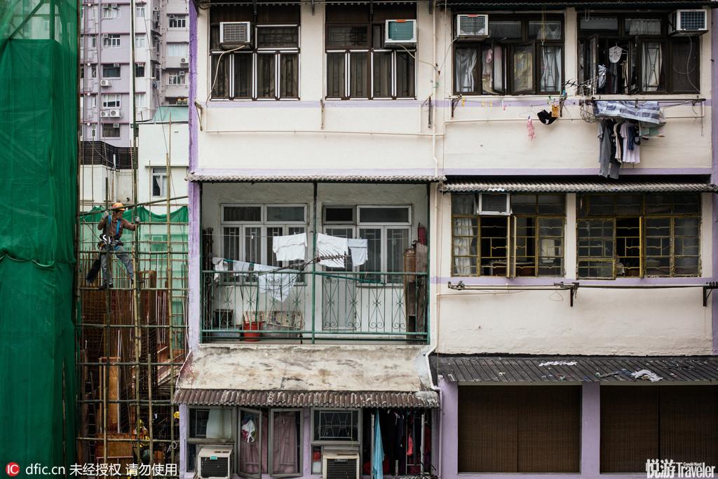 香港西营盘附近一幢老大楼,老旧的铁栅栏阳台,窗户外的老式空调机箱