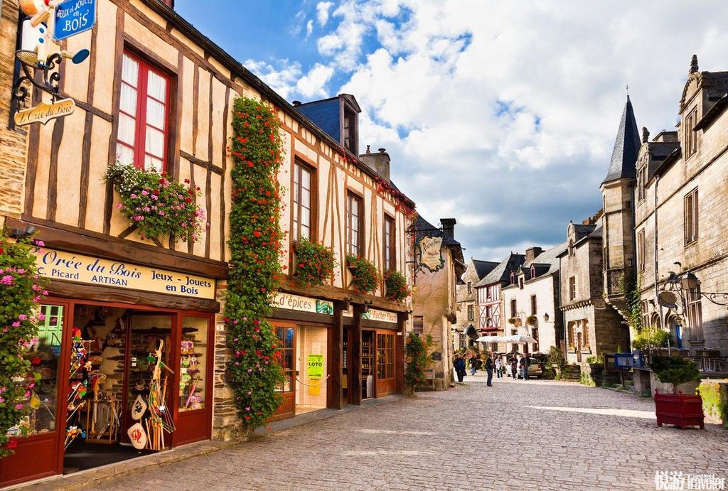 法国,一个洋溢着浪漫和醉人魅力的国度,一直备受游客青睐。巴黎的时尚和艺术气息、里维埃拉的迷人美景以及普罗旺斯的传统美味,法国所汇聚的历史和文化瑰宝使得这里一直是最受欢迎的旅游目的地。除了都市的时尚和奢华氛围,这个夏天何不亲身去体验法国美景与文化并存的小镇?为大家推荐法国最迷人的十大乡村城镇,一起畅游在铺满鹅卵石的中世纪街道、迷醉于数百年城镇的色彩和气息中吧!