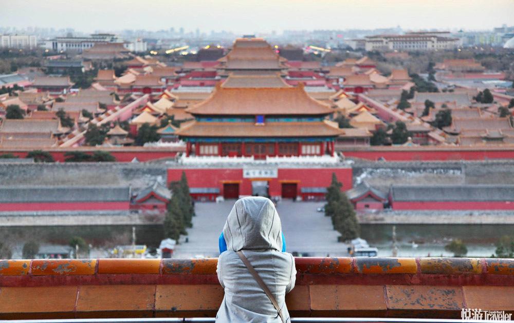 北京天气晴好,从景山眺望故宫,气势磅礴,景色迷人。