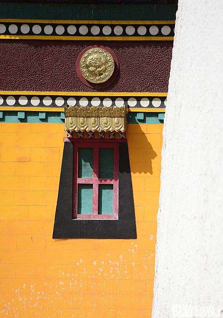 寺院在藏区相当于学校,不少人家都把家中至少一个孩子送去寺院学习佛法、医学或艺术。隆务寺就是显宗、密...