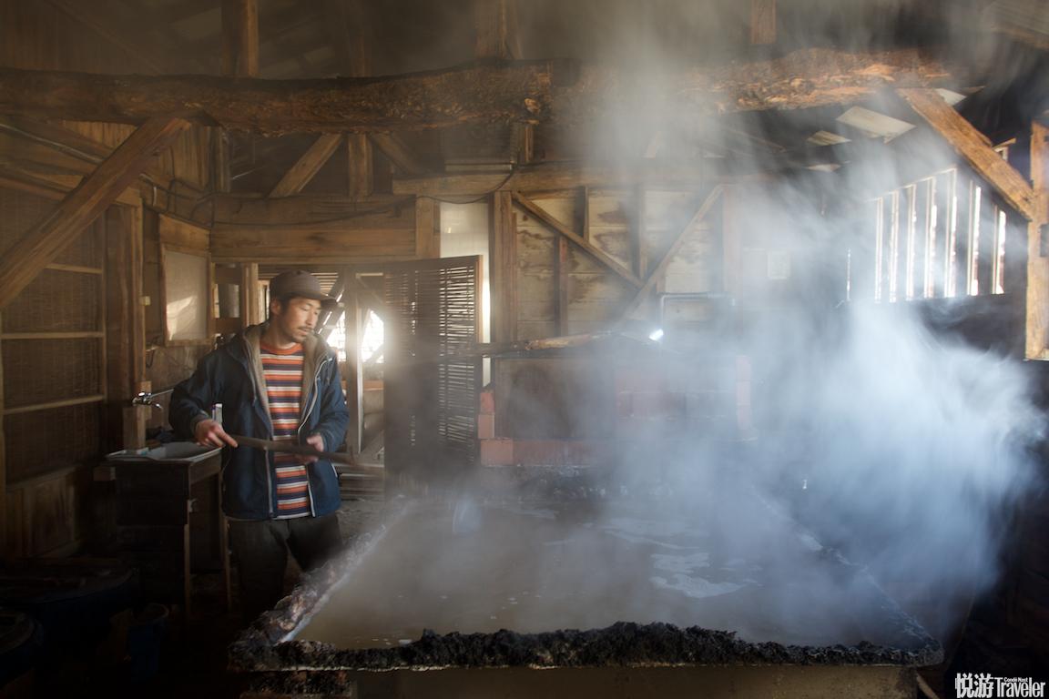 从平户返回长崎的路上,我们在一处风景极美的海湾遇到了正在制作海盐的今井先生。他以纯手工古法使用海水...