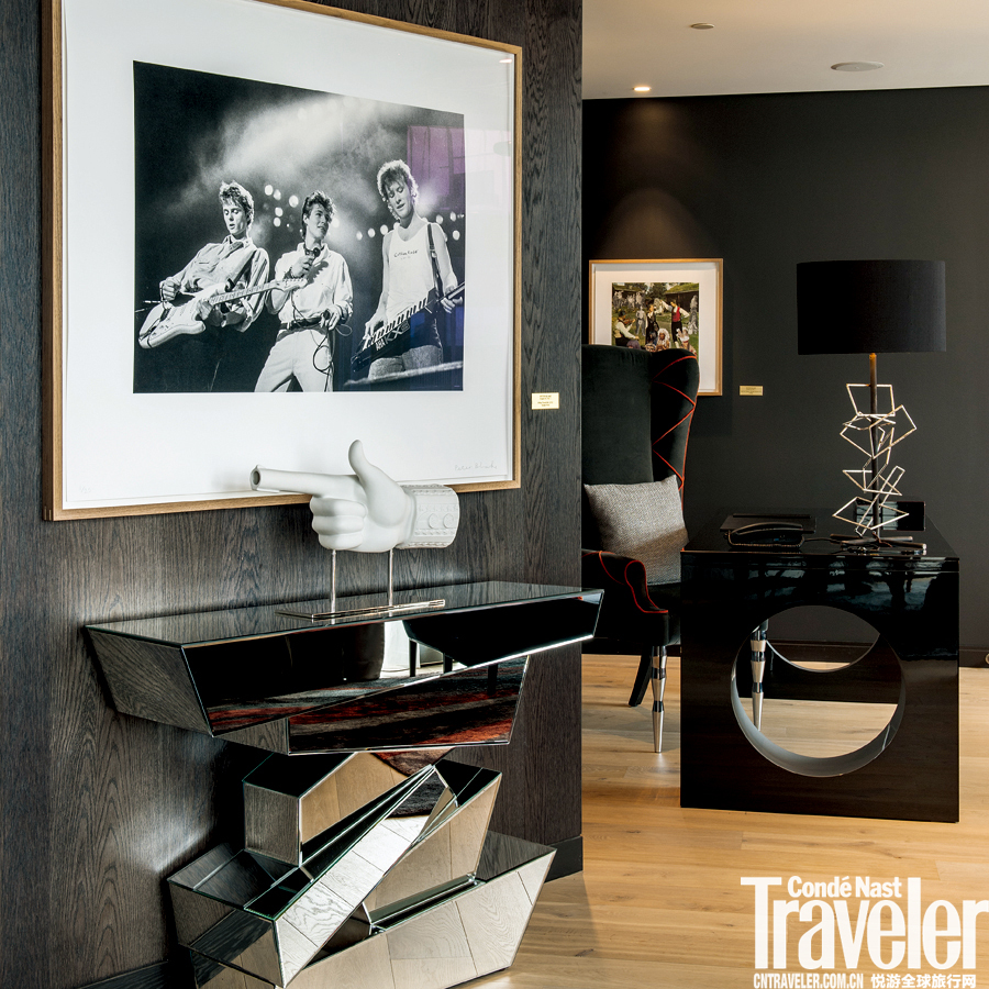 他為酒店挑選了一批帶有折衷主義色彩的當代藝術品陳列,還常把阿斯楚·普恩利當代藝術館(Astrup Fearnl...