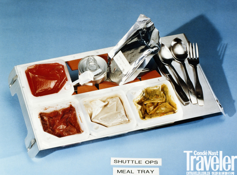 图为烟熏火鸡与混合蔬菜拼盘。