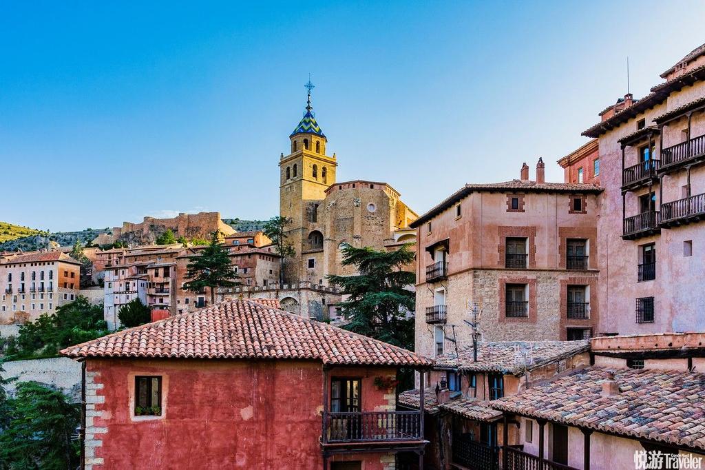 西班牙阿尔瓦拉辛在特鲁埃尔省山区上方的阿尔瓦拉辛在许多人心中属西班牙最美小镇,来到这的旅人在半露木...