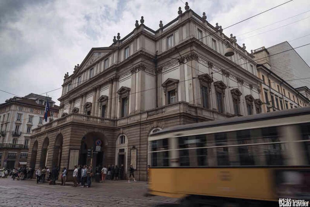 米兰大教堂延伸出去的大街是米兰最闪耀的街区,这儿的房价可高达每平方米12,000欧元(约¥84,300)。令人...