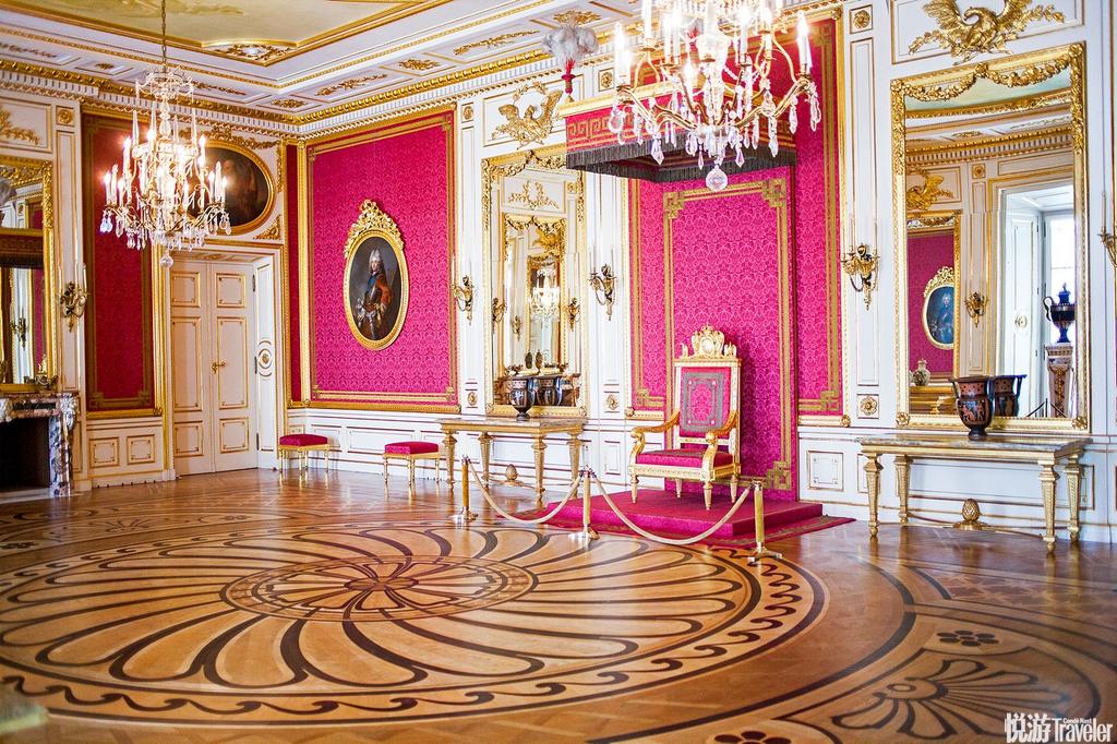 华沙,皇宫华沙这座有着700多年历史的古城,凝结了波兰的民族传统文化和艺术的精髓,1656和1702年华沙两...