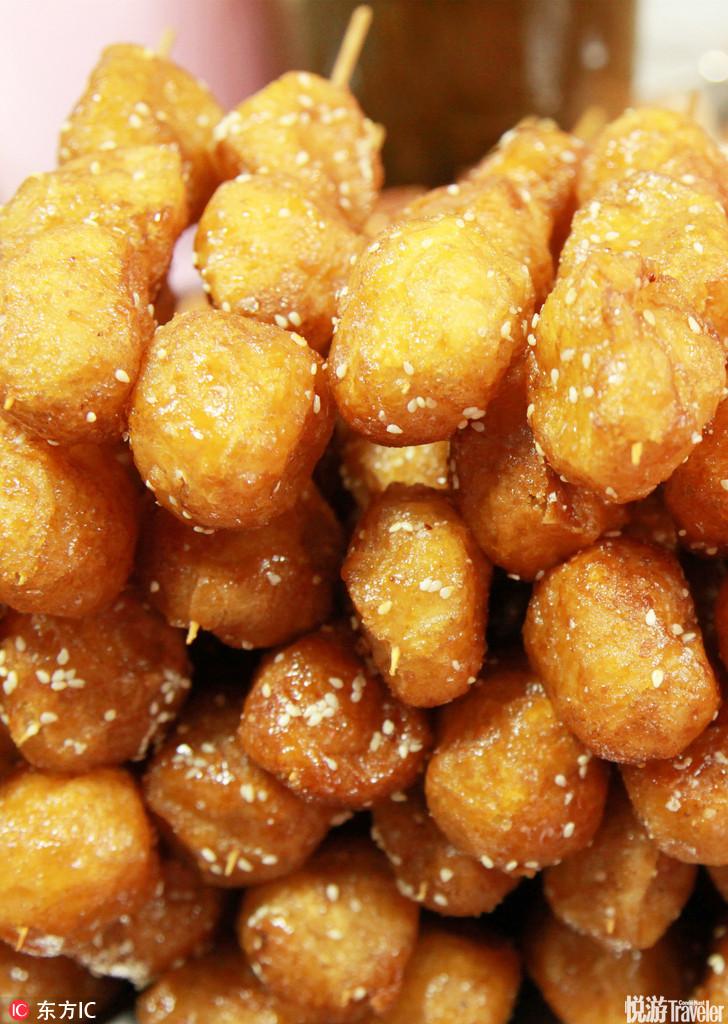 糖油果子。微带酸味的粘软糯米和焦脆香甜的外皮和着白芝麻嚼在嘴里,这就是锦里的糖油果子,越吃越有味道...