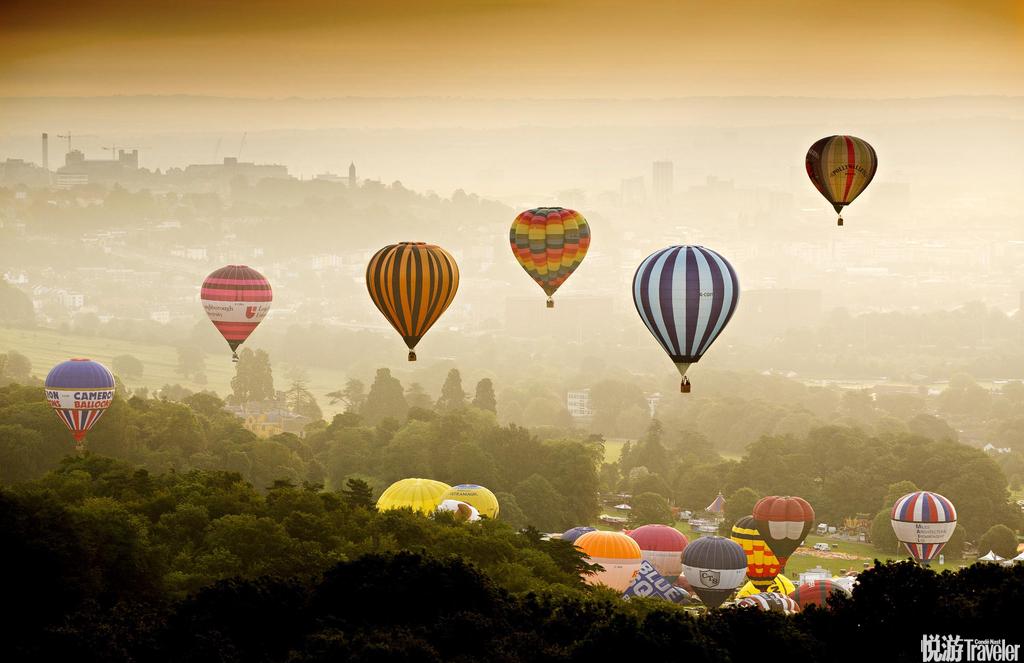 """Bristol。太陽即將破云而出,天空熠熠生輝,彩色熱氣球升空""""擁抱""""這一片如詩如畫的美景。自1979年第一..."""