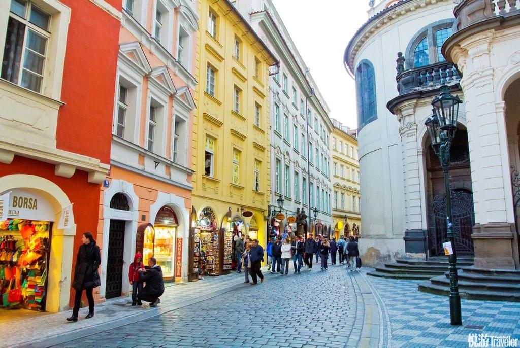 布拉格老城区每一条大街小巷,几乎都可以找见13世纪以来的各种形式的建筑物。一些偏僻宁静的街巷迄今依然...