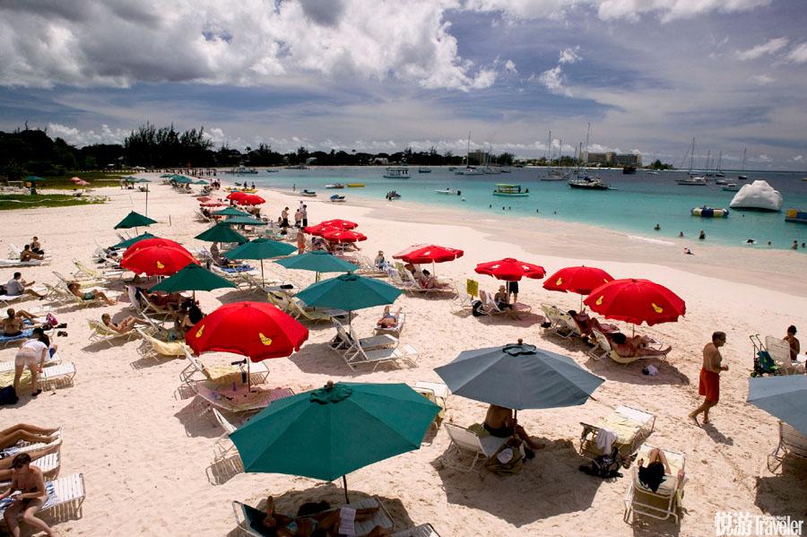 巴巴多斯国土总面积431平方公里,2/5是沙滩,海岸线长达97公里。