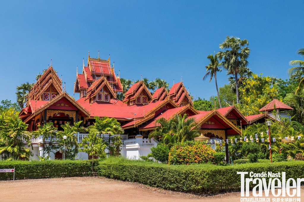 南邦(Lampang)该府的泰国大象保护中心在当地颇为有名,这里居住着国王御用的白象,观看大象表演、学习...