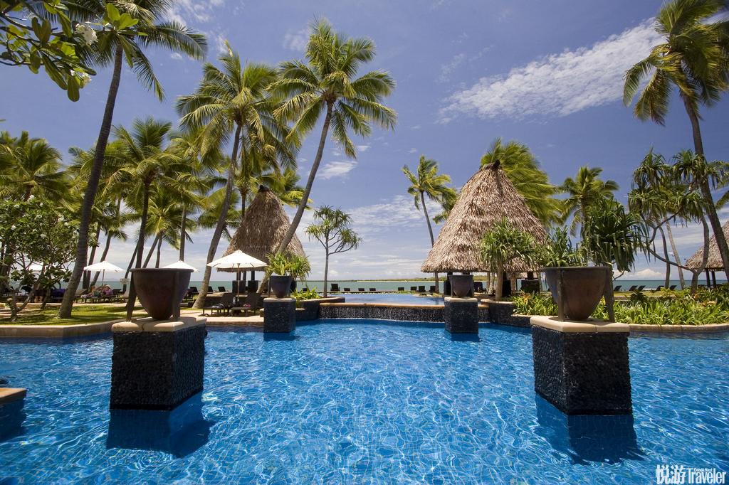 斐济是世界十大蜜月胜地之一,清凉的海风吹拂着高耸入云的椰林,岛上热带树木浓绿成荫,海滩边洁白的沙滩...