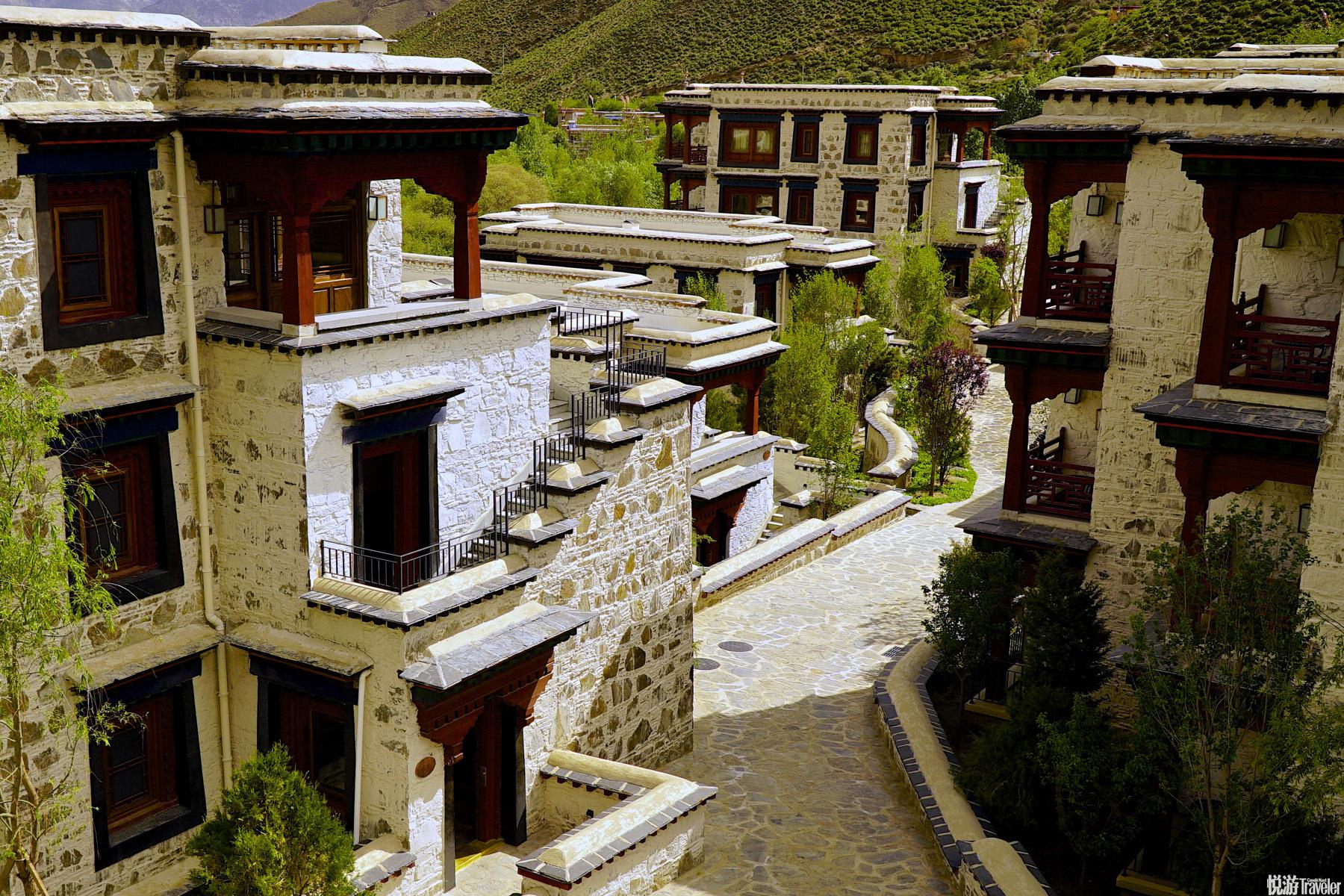 像古老的敏珠林寺一般,用片岩来建造松赞拉萨,这是我们早年就一直在构想的细节。 年迈的老人们走在建筑...