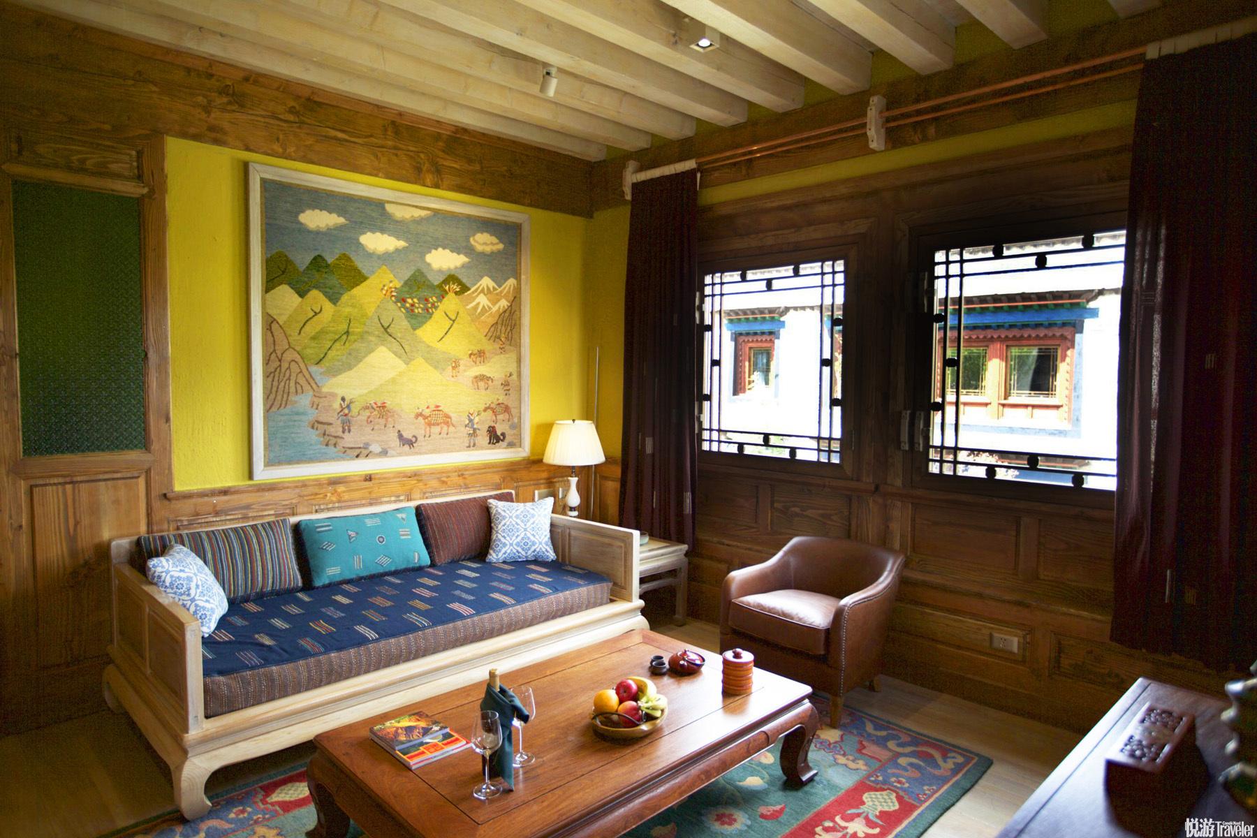 室内室外的色彩精心设计,撞色却入目,这是雪域高原的藏族人民千百年来对自然的领悟。