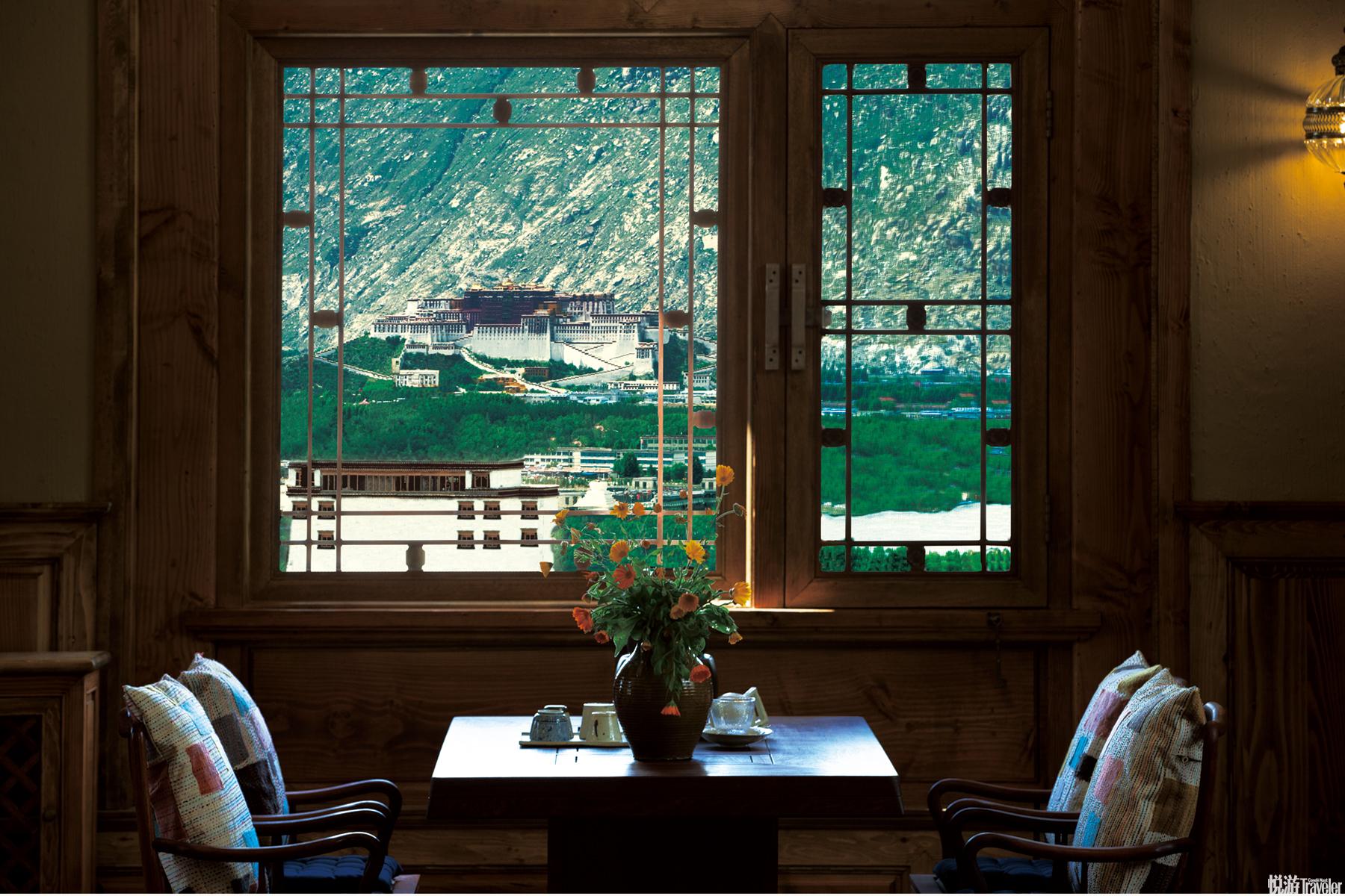 """餐厅供应着美味的藏餐与西餐,远处的布达拉宫就是你就餐时的窗景。这就是我们想带你回去的""""拉萨时光""""。"""