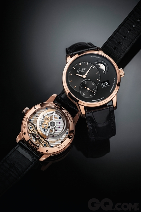 新蒂黑板报底字-红金款的偏向动储腕表采用哑光黑色表盘,映衬出小时和分钟显示窗口