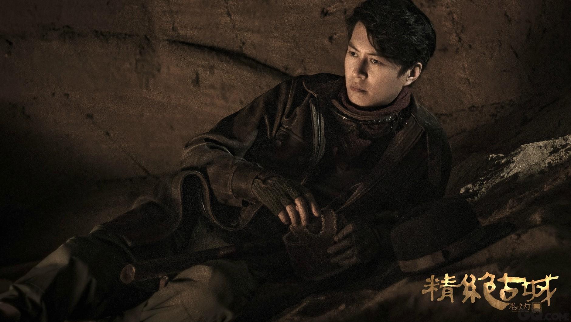 剧照中几位主演生动地呈现出探险旅途中的不同状态。靳东饰演的胡八一斜卧在地略显疲惫,但目光仍聚焦前方若有所思,体现了他作为灵魂人物的领袖力量和责任感。