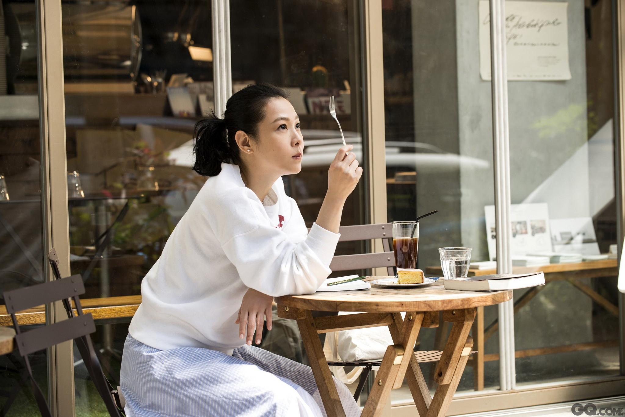 """近日,刘若英正忙于""""我敢 Renext""""世界巡回演唱会的工作,继伦敦、巴黎、纽约之后,又把演唱会开到了东京、悉尼、墨尔本等海外城市,一连几月的演唱会安排马不停蹄,但刘若英仍然抽空进行新剧本的创作与反复调整,她说:""""歌手、演员,导演和编剧,这四种工作对我而言是相辅相成、互相融合的,我想通过不同的方式把我的心情、情绪、思绪和感受分享给大家。"""""""