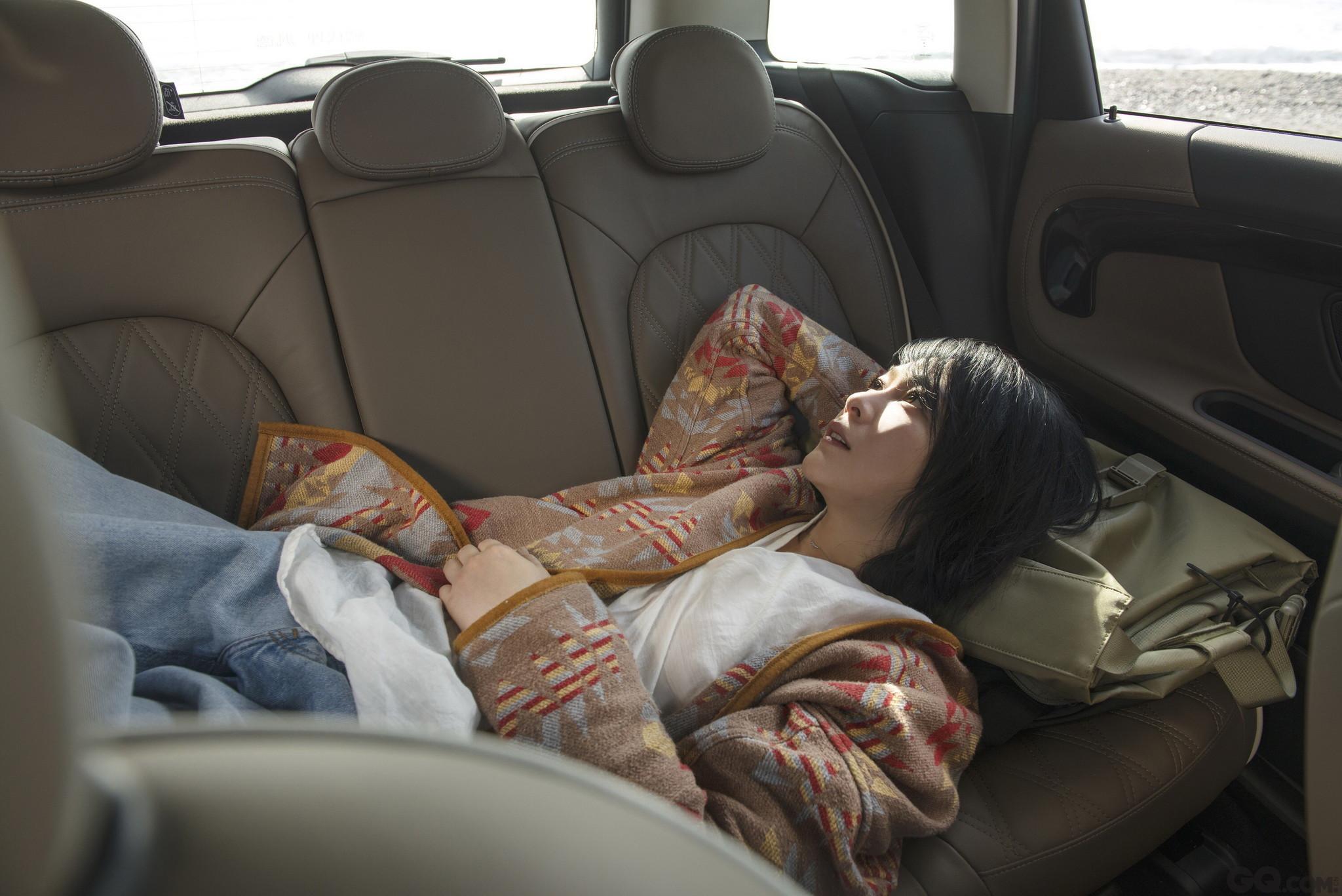 """拍摄当天,刘若英凌晨2点起床妆发以便拍摄到凌晨的海景,经历过不少起早拍摄经验的她还是被开工时间惊到了,不禁打趣嘟囔道:""""这个时间不知道是该睡还是不该睡,果然能超越自己的只有自己。""""虽然睡眠时间不足,但现场的刘若英依然活力非凡,简单的马尾辫生动十足。"""