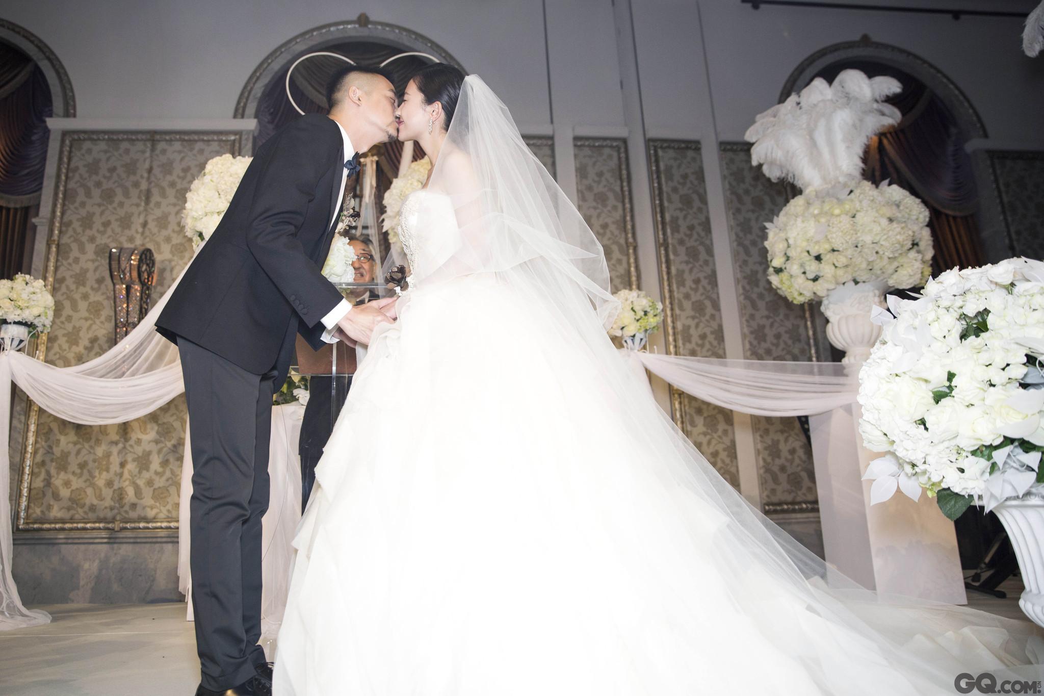 """杨子姗与吴中天相恋多年,于2015年领证,杨子姗曾深夜在微博上晒出两人结婚证及婚戒,简单一句""""嫁了,他叫吴中天。""""被赞很酷。近两年后,两人终于举办婚礼,被问为何选在6月10日,吴中天表示:""""我们领证后一直有想办婚礼,期间两人一直都有工作在忙,选在今年6月10号其实没有什么特别的含义,只因为它是黄道吉日,我们想在这天办,所以就定在了这天。""""这耿直的回答颇与当初新娘公布结婚证的方式有异曲同工,简单而率性。"""
