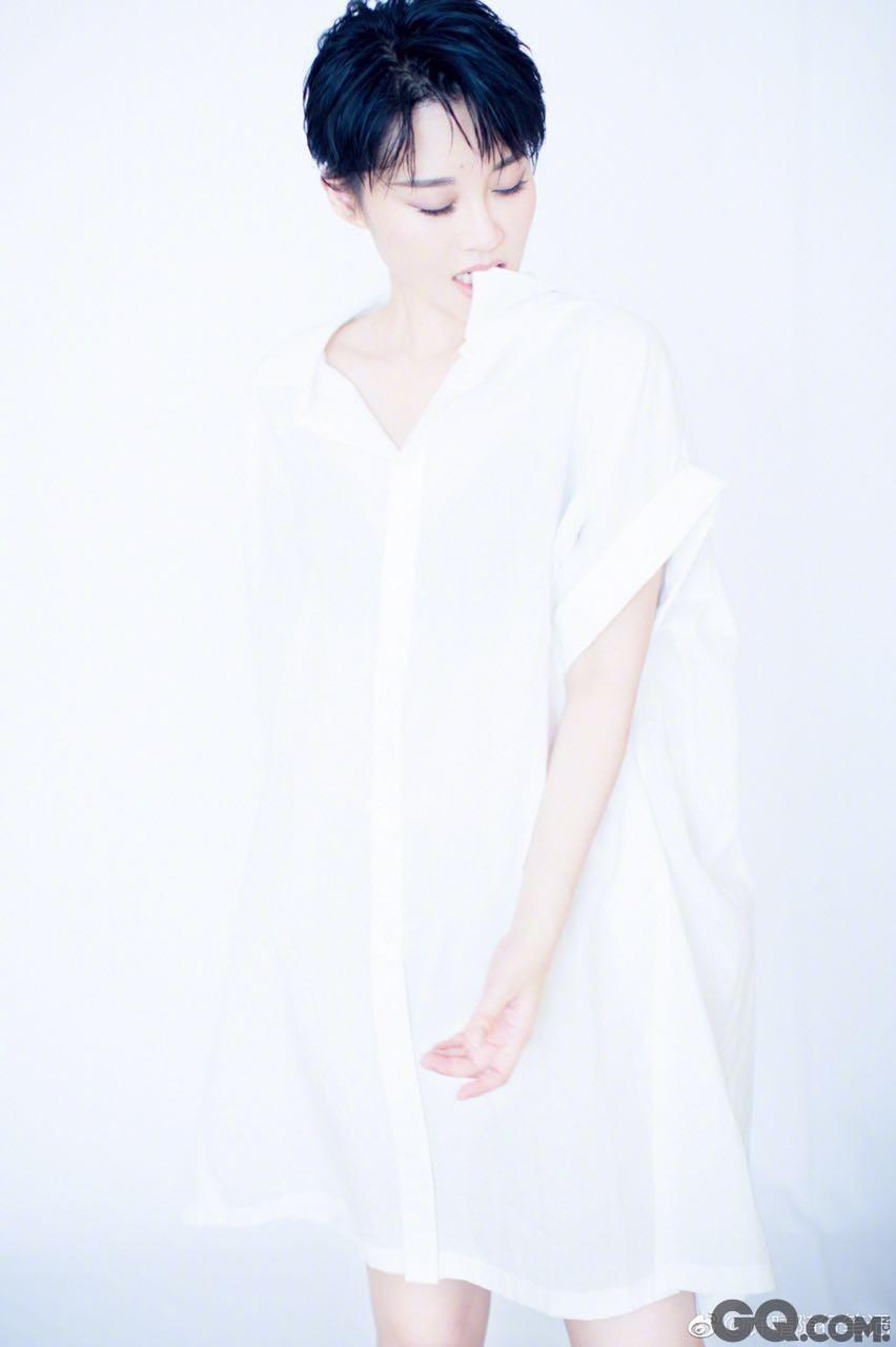 """继在微博晒出""""我pink """"和""""我yellow""""的组图后,许晴再发一组配文为""""我white""""的白色衬衣图集。不同于此前花系美少年和粉系酷少年的风格,这次穿着boyfriend白衬衫的许晴将强势的大女人风格融合进小女人温婉的气息里,整体搭配刚柔并济把白衬衫的慵懒感诠释得恰到好处。网友纷纷评论""""不好啦!有个小哥哥在撩我!""""""""好像在心里下了一场雪""""。"""