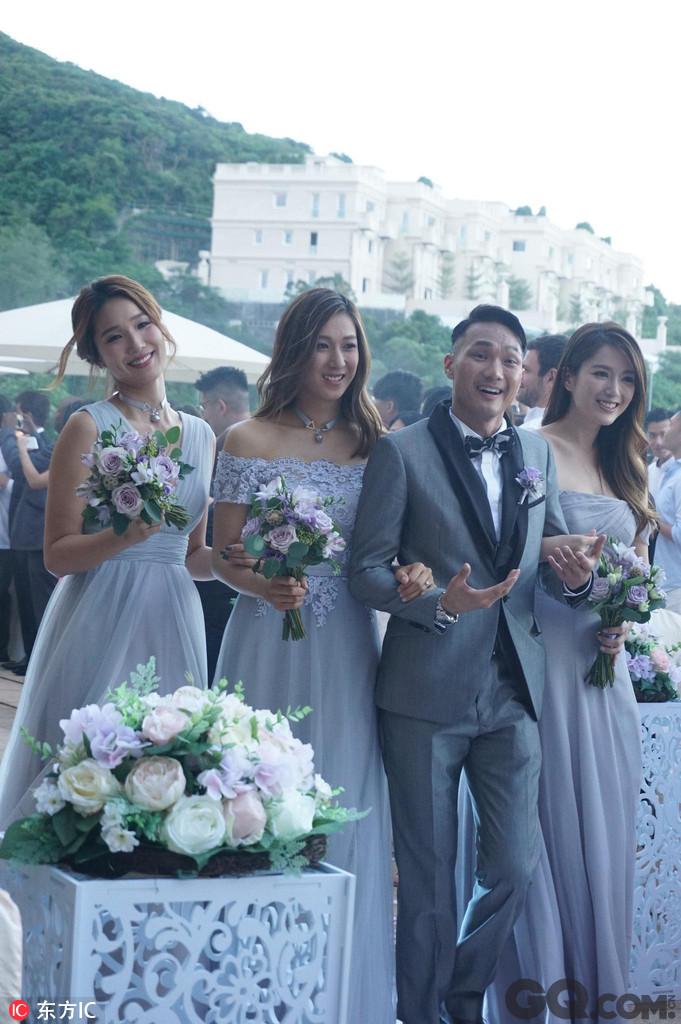 钟嘉欣和李亚男表示两人合作,送了一首歌祝福王君馨,而王君馨也特地为姊妹们准备了自己品牌的项链。