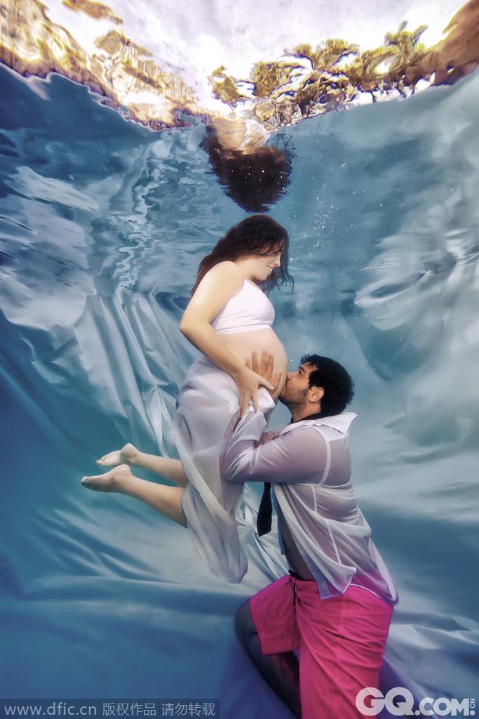 """来自美国的摄影师亚当-奥普瑞斯,最近发布了一组即将分娩的孕妇水下写真照片,照片中他将这些准妈妈们拍成了一个个灵动的""""美人鱼"""",画面十分唯美动人。在这些照片中,孕妇们身着外观优美的薄纱礼服,裸露着她们突出的腹部,时而轻浮出水面,时而在水下曼舞旋转,宛若美人鱼一般灵动和优美。"""