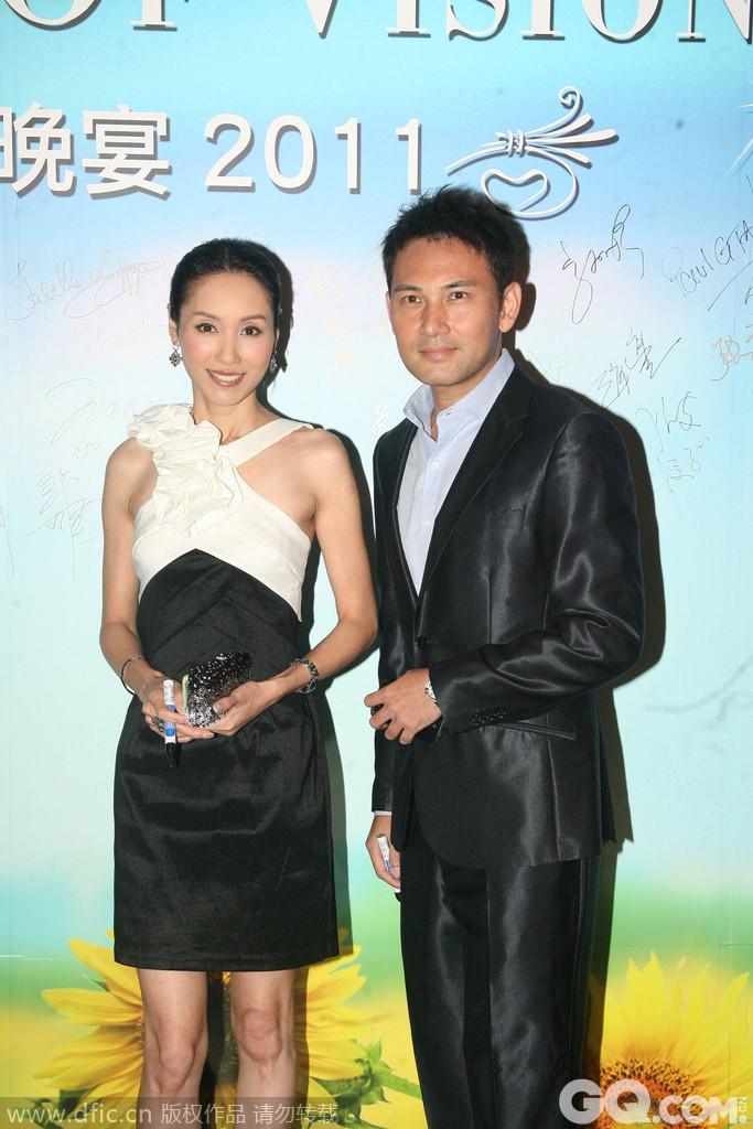 林文龙:香港TVB演员,早年参加超级新星选举而加入了无线电视,其妻为香港女演员郭可盈。昔日的美丽港姐,家境极致富裕,郭父是香港有名的塑胶业商人,圈里前辈都夸她,像她这样的身家,以她现在的地位和成绩,还能保持现在的亲和温顺,实在是个乖女。他们的婚礼办得隆重又得体,把自己的幸福一点不收藏的告诉全世界。