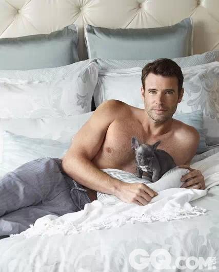 """斯考特•佛雷与宠物犬的一套""""床照""""走红网络,众人纷纷被他的性感身姿与憨厚表情所深深迷倒。"""