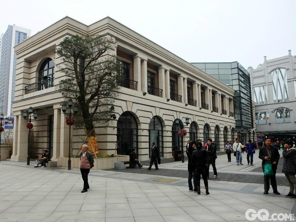 极具时尚元素的现代建筑和欧式建筑穿插其中