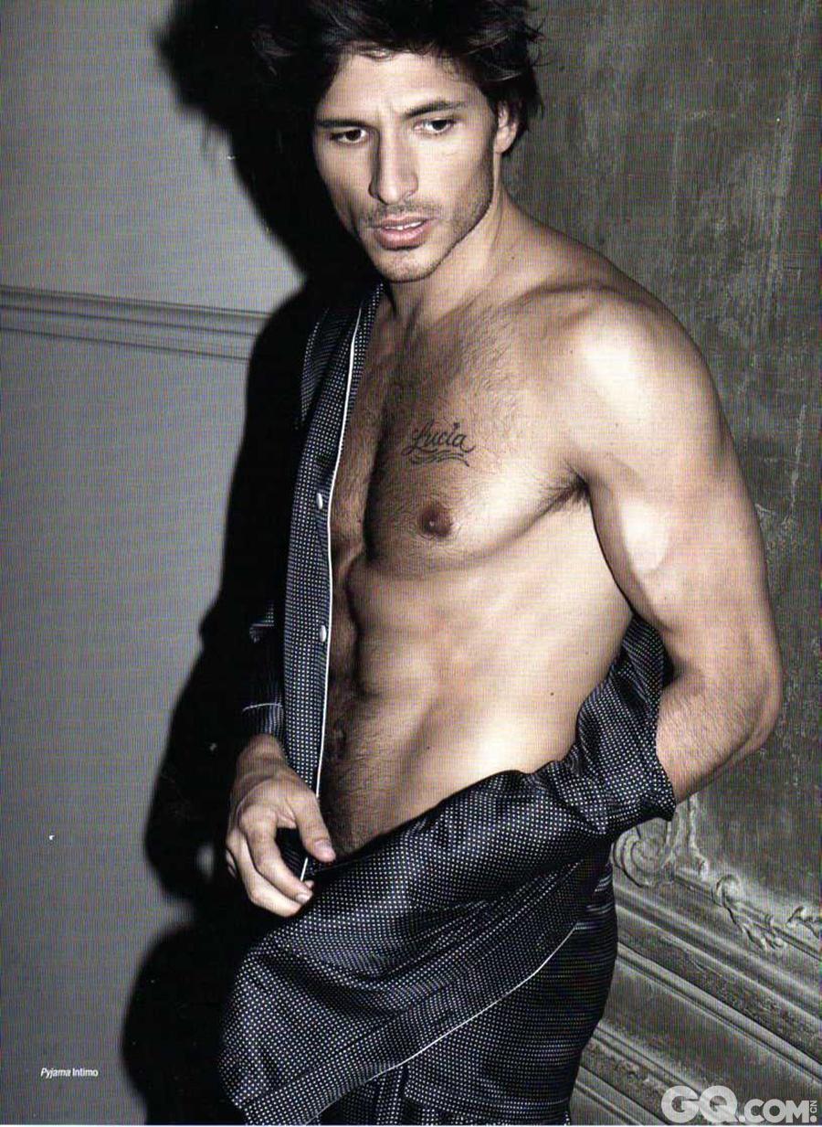 """Andres Velencoso Segura拥有在众人中一眼就能望到的出众容貌,他与Jon Kortajarena和Oriol Elcacho并称为""""西班牙男模三巨头"""",是男模中最出色的十大Fashion Icon之一。"""