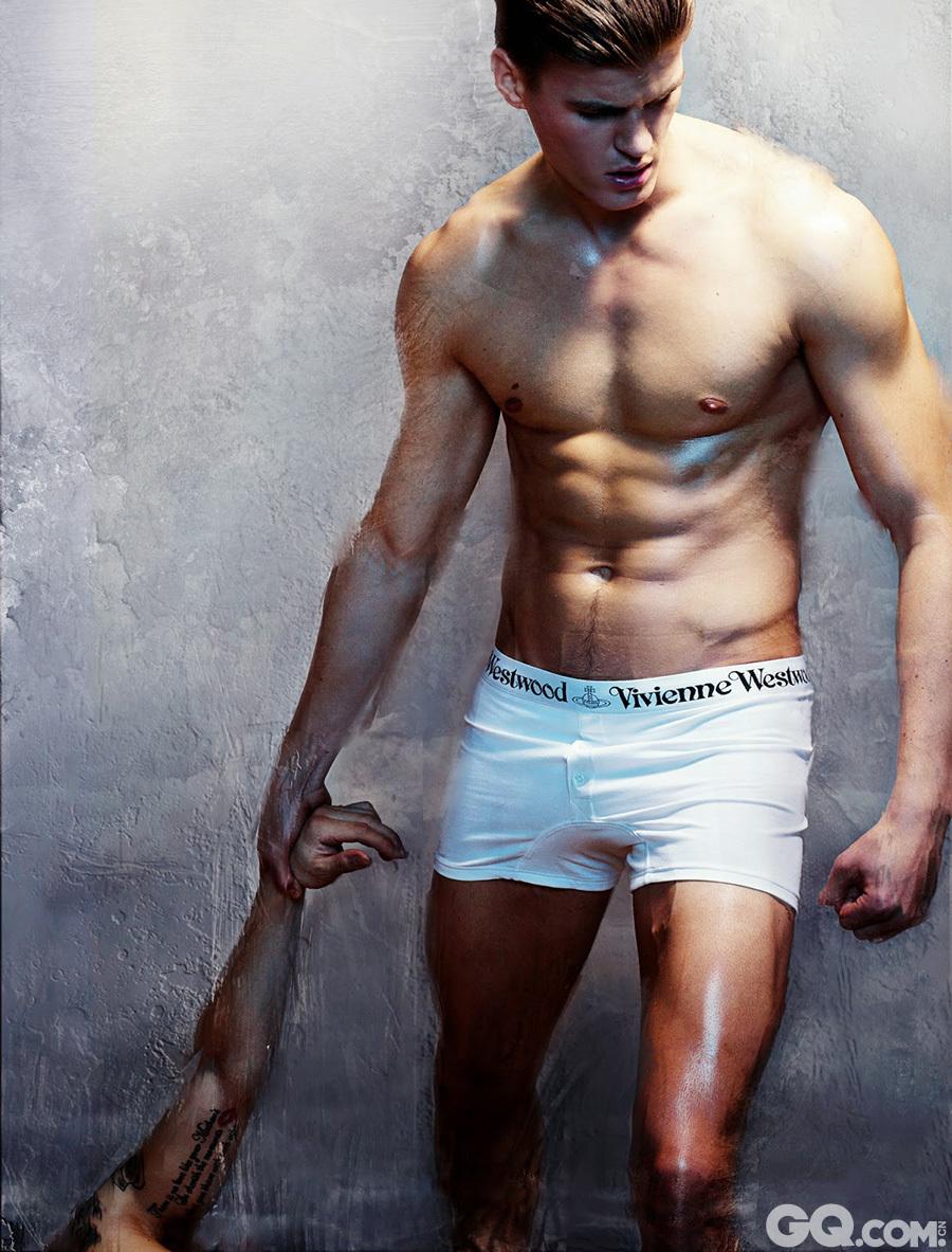 Matt Woodhouse广告大片惹火程度让人发指!内裤广告的模特不穿内裤,反而下半身全裸将内裤挑逗得拿在手上,做这动作的还是身材脸蛋一级棒的男模Matt Woodhouse。