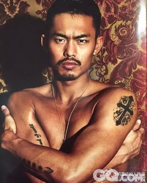 """对于与国际大牌合作拍摄如此性感的限量版写真,林丹再次走在了中国体坛前列,成为首个""""吃螃蟹""""的人。该品牌也是首次与来自中国的体育明星合作,此前,两届意大利男足均为其宽衣解带。"""