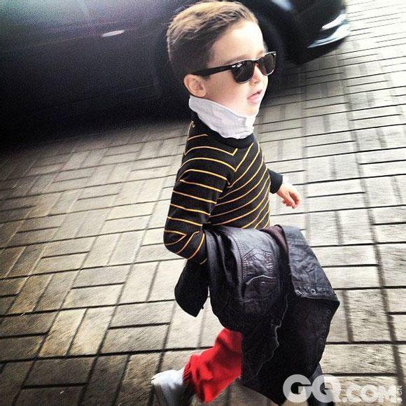相比于之前成为的小小潮人,Alonso Mateo的爸妈并不是名人,也并没有出现在时装发布会或者时尚杂志中。他的成名完全是因为网络的力量。