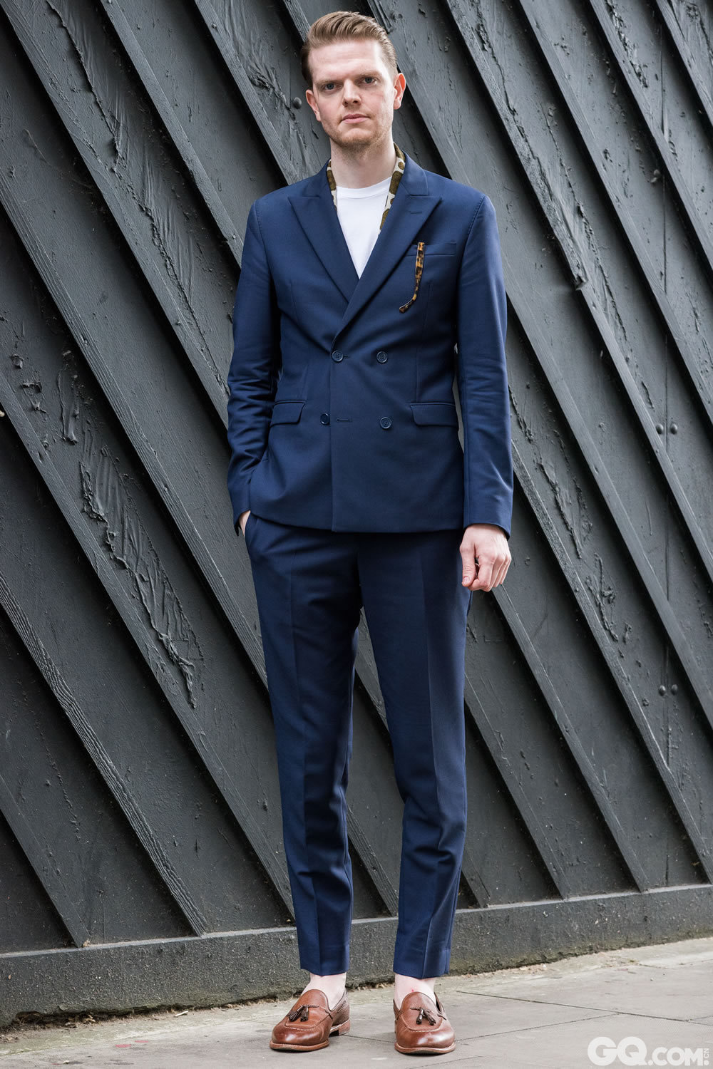 Michael Scarf: Vintage Suit: Acne T-shirt: American Apparel  Shoes: Grenson   Inspiration: Summer tailoring, something tailored but easy (夏季定制,虽是定制但不失简约。)