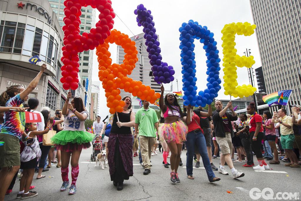 6月26日,美最高法的9名大法官以5比4的结果裁决同性婚姻合法,这意味同性伴侣今后可在全美50个州注册结婚。在美国宣布同性恋合法消息后,全世界的同志都出来庆祝,玩儿得可High了。美国辛辛那提当日以大游行的方式高调庆祝。