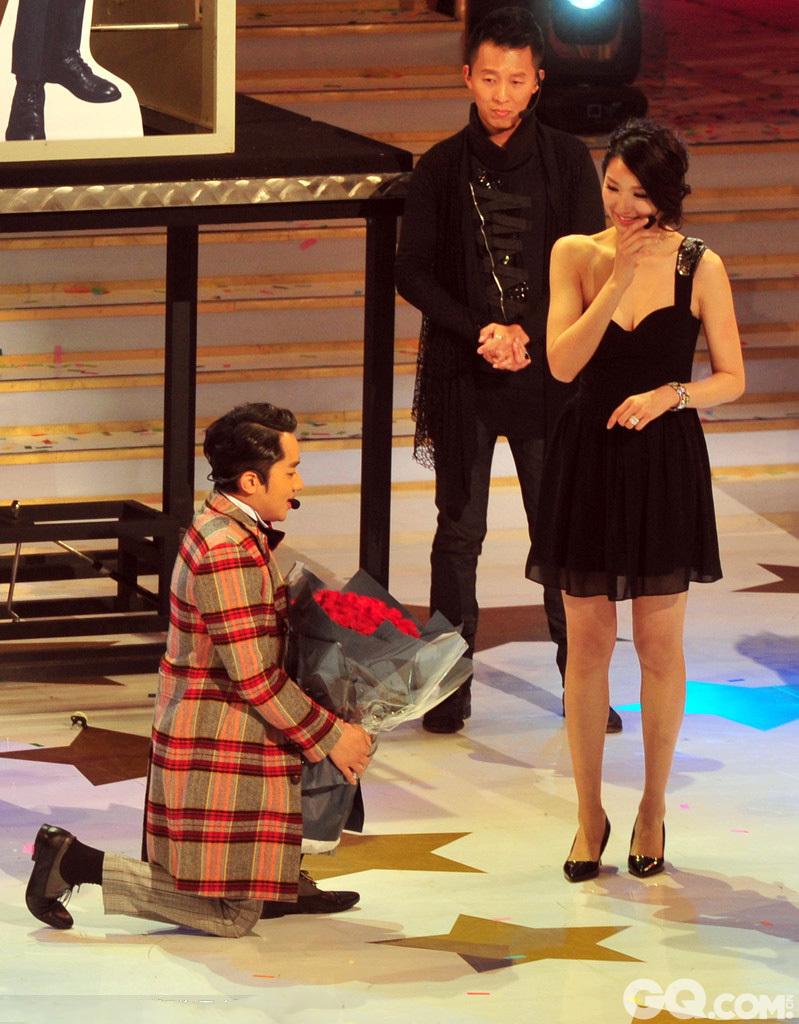 2014年11月19日,众星亮相在香港举办的2014 TVB万千星辉贺台庆。在《爱是永恒》的浪漫旋律中,王祖蓝现场感手持一大束玫瑰,向女友李亚男下跪求婚。最终女方含泪答应,王祖蓝难掩激动的情绪。 随后,王祖蓝在自己的微博也宣告求婚成功,并配发了一张求婚照。