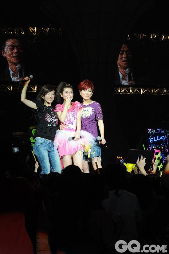 """2010年5月29日, S.H.E在台北小巨蛋开演唱会。在二度反场后,Selina的律师男友张承中突然起身对着台上喊:""""老婆,我爱你!""""台上的Selina激动落泪,大叫:""""你叫我什么?天啊,妈!""""台下随即想起一片欢呼声。"""