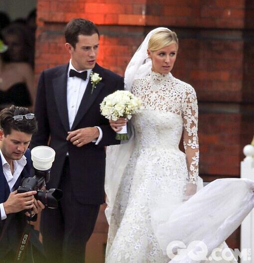7月10日,美国豪门希尔顿和英国豪门罗斯柴尔德在伦敦举办盛大联姻。婚礼的男女主角不仅同龄,而且外形登对、金童玉女,各自身家背景更是令人咋舌:一方是身家15亿美元的美国酒店业巨头希尔顿家族二小姐尼基·希尔顿,另一方则是大西洋对岸英国的银行界翘楚、罗斯柴尔德家族继承人之一詹姆斯·罗斯柴尔德,家族财富至少120亿美元,这些都足以让婚礼轻松登上英美两国各大媒体的头条。