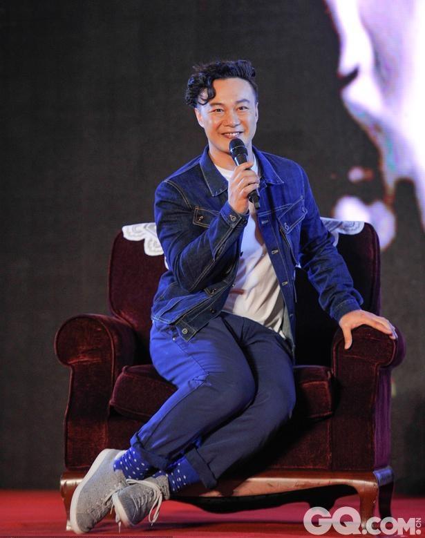"""近日,陈奕迅在成都宣传全新粤语专辑《准备中》,忽然变身傲娇""""小公举"""",不仅坐姿优雅还变换各种卖萌的表情。看来歌王为了跟风也是豁出去了。"""
