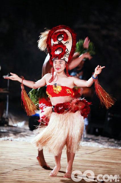 """第二季《奔跑吧,兄弟!》在济州岛录制斗舞环节时,王祖蓝换上了热带装扮,高耸的部落头饰、流苏状的草裙、颈腕间的树叶,充满浓浓海岛风情。一向搞怪耍宝的他没有放过这次大秀才艺的良机,灵活的腰身和夸张的表情,一曲热情奔放的草裙舞顿时引爆全场,让人直呼""""祖蓝太完美""""。"""
