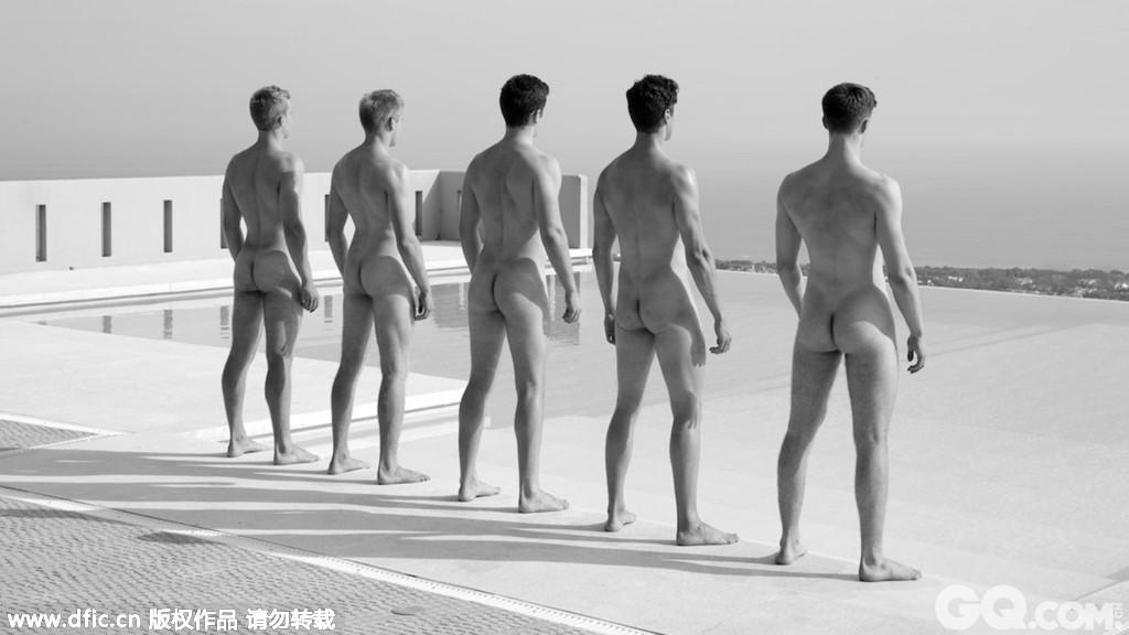 日历中的照片都非常火辣,一大波阳光肌肉男纷纷宽衣解带,大方展示自己青春的肉体,充满挑逗意味。
