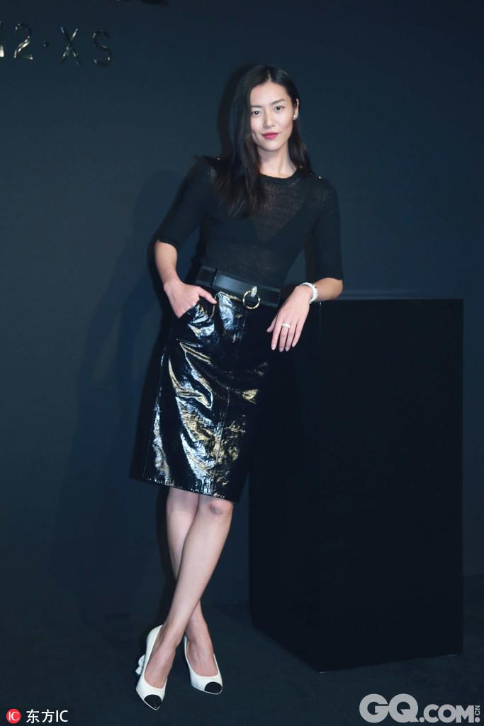 刘雯黑皮裙既大气又知性,展超模气场pose随意摆。白百何身着香奈儿灰黑色亮片立领连衣裙,搭配极具个性和金属质感的纺锤包,空气刘海的反差让整个look显得温婉又灵动。