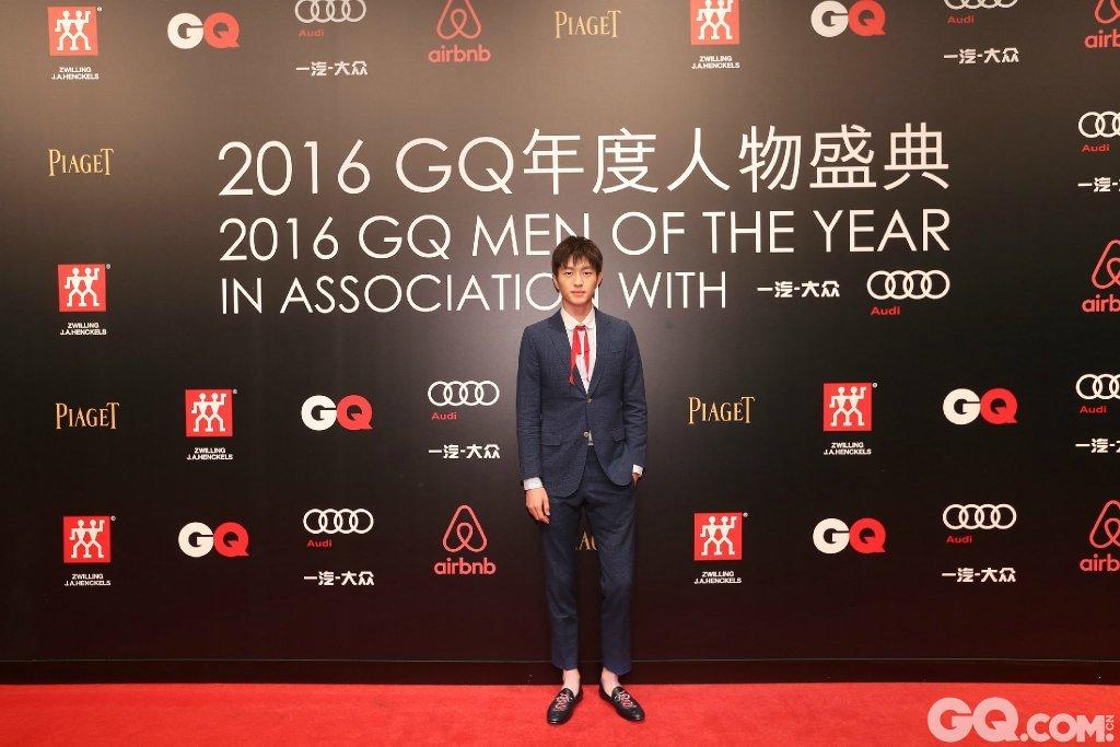 金大川身着Gucci西服套装与鞋履走上2016GQ年度人物盛典红毯。