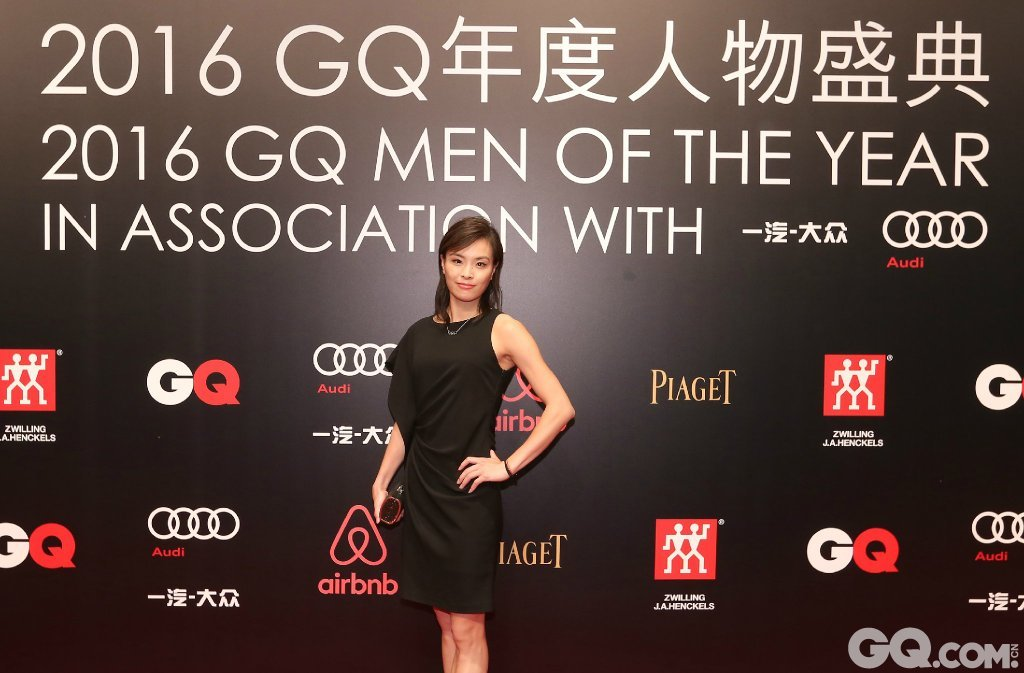 吴敏霞身着Jimmy Choo鞋履出席2016GQ年度人物盛典红毯。