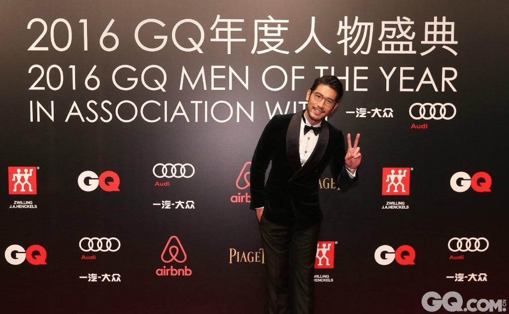 高以翔穿着Louis Vuitton西服套装、Piaget Polo S腕表出席2016年度人物盛典。