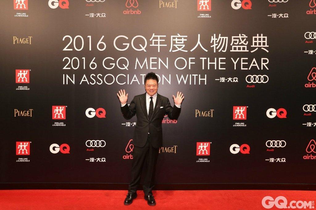 马东身着suitsupply礼服出席2016GQ年度人物盛典。