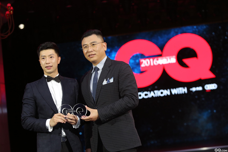"""一汽大眾奧迪銷售事業部副總經理于秋濤為馬龍頒發""""年度運動榜樣""""獎項。"""